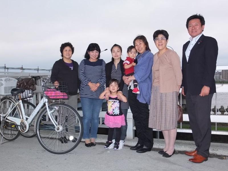 江戸川区議会議員 窪田龍一 完成した上流側歩道の前で皆様と