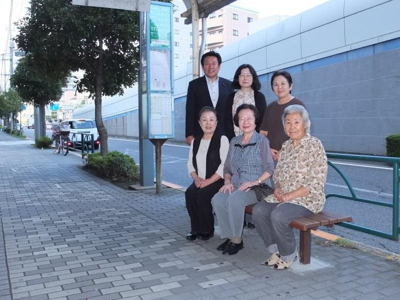 江戸川区議会議員 窪田龍一 完成したバス停のイスで皆様と